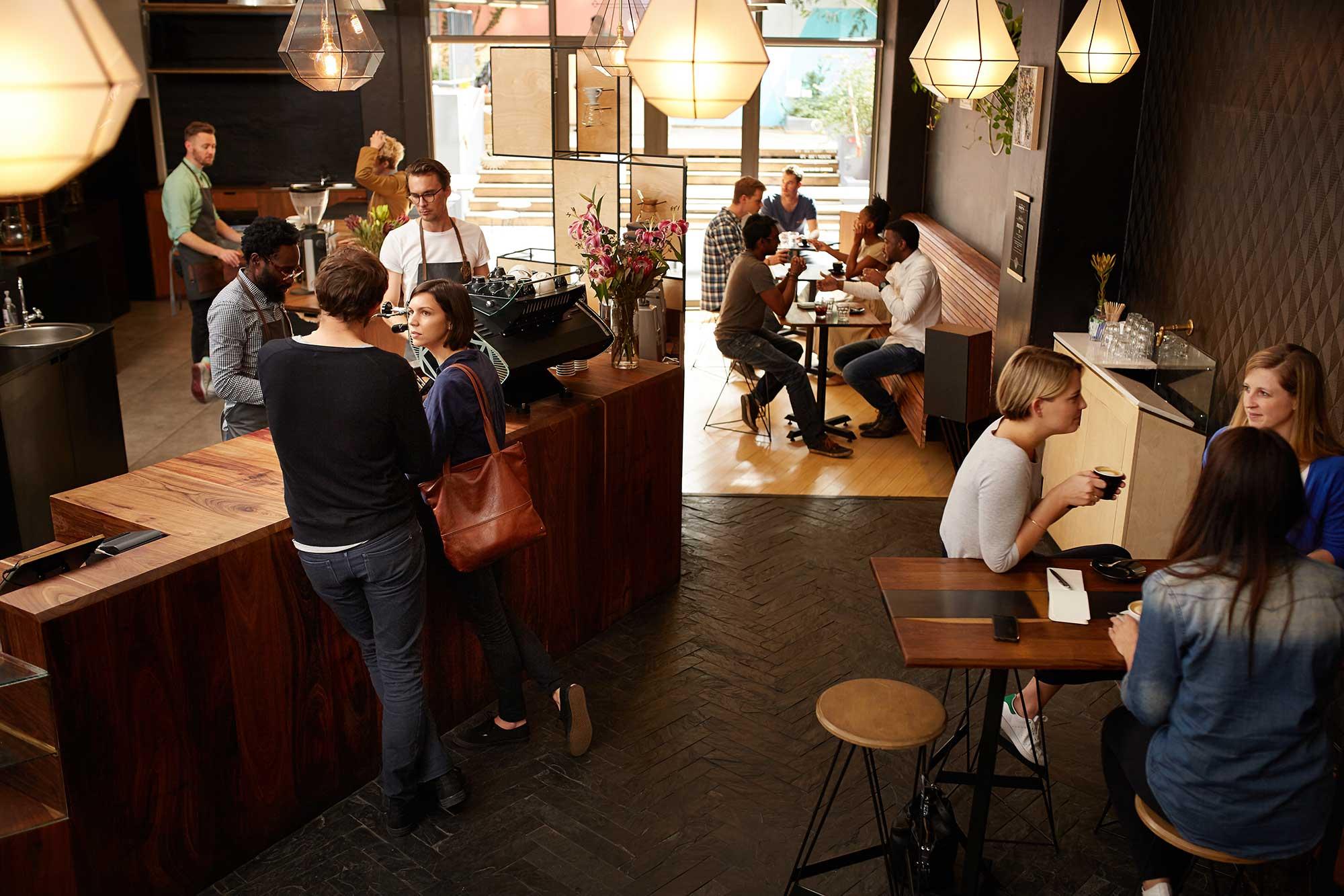 Cosa Organizzare In Un Bar il bancone del bar: i consigli per organizzarlo